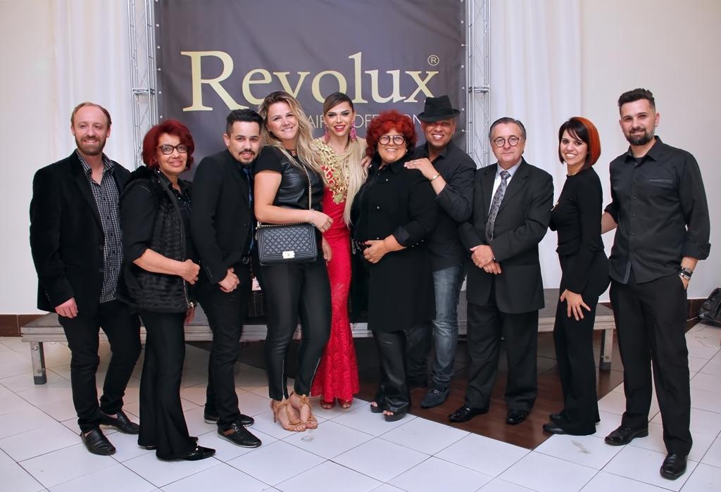 Ao centro Léo Áquilla e Bete Omori com Profissionais área da beleza